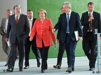 Vorne v. l.: der Ministerpräsident von Rheinland-Pfalz, Beck, Bundeskanzlerin Merkel und der Ministerpräsident von Sachsen, Tillich (Foto: AP)