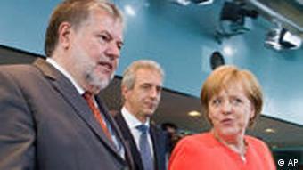 Vorne v. l.: Beck, Merkel (Foto: AP)
