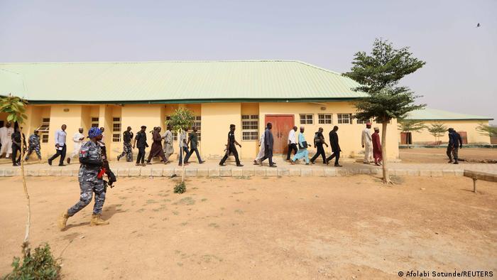 Especialistas em segurança foram enviados para a escola após o rapto em massa