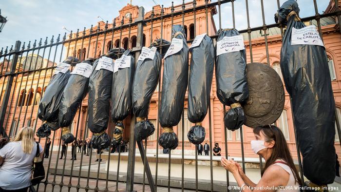 Foto de bolsas mortuorias colgadas durante protesta en Argentina