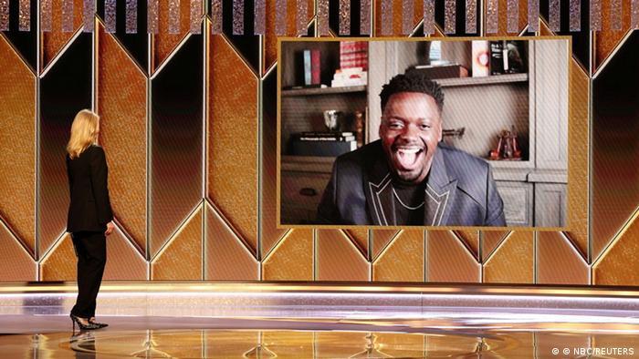 Golden-Globe-Gewinner Daniel Kaluuya freut sich auf einer Videoleinwand über die Auszeichnung.