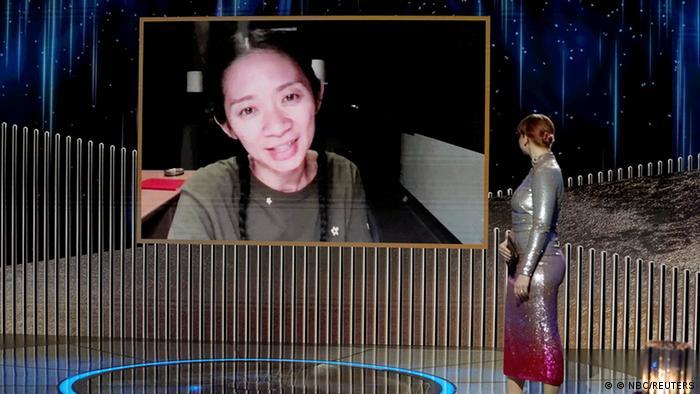 Regisseurin Chloé Zhao ist auf einer Videoleinwand zugeschaltet und erhält einen Golden Globe.