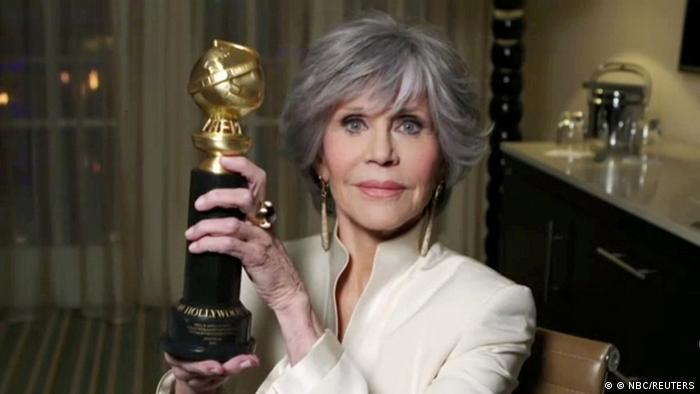 Jane Fonda hält ihren Ehrenpreis in die Höhe