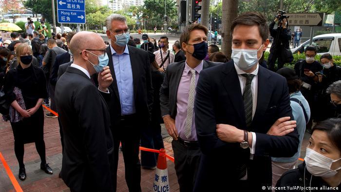 3月1日,香港47名反对派人士因涉违反香港国安法在西九龙法院提堂。欧盟及欧盟成员国代表在法庭外等候。