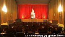 Der Kinoleiter Jochen Frankl steht auf der Bühne vom Burg Theater und beteiligt sich an der bundesweiten Aktion «Kino leuchtet. Für Dich. In vielen Kinos gehen bundesweit außen und innen die Lichter an. Zudem gibt es verschiedene Aktionen vor Ort und eine gemeinsame Sichtbarkeit der Aktion in den sozialen Netzwerken. Das Lichtspielhaus wurde am 3. Juni 1911 eröffnet und ist damit der älteste Kinozweckbau in Deutschland.