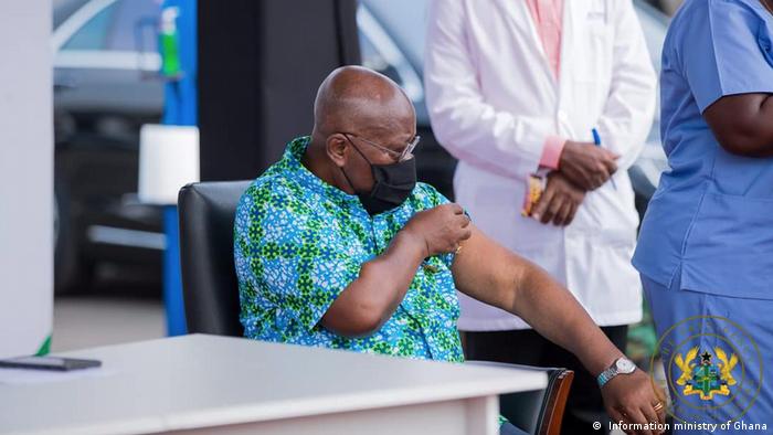 Nana Akufo-Addo, Presidente do Gana, recebeu a primeira dose da vacina contra a Covid-19