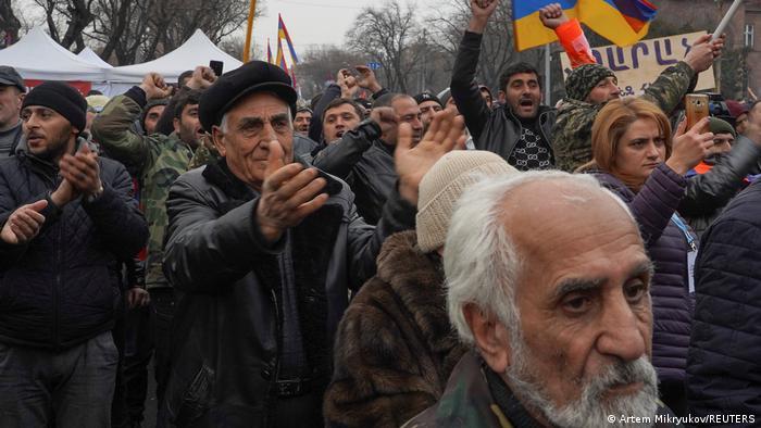 Прихильники опозиції на мітингу в Єревані