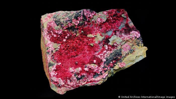 Komadi rude iz Asutralije koji sadrže crveni kobalt često se prerađuju u Kini pre nego što završe npr. u baterijama