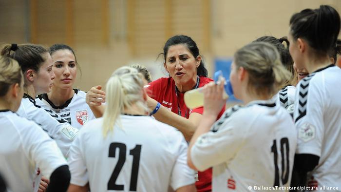 Women's handball team talk with Buxtehude coach Tanja Logvin Laura