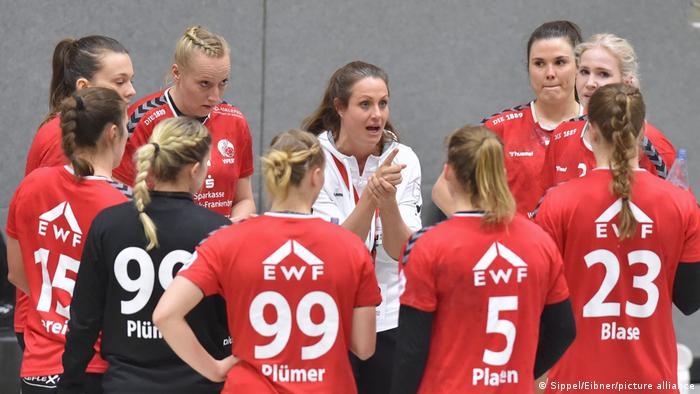 Women's handball team talk with Bad Wildungen Vipers coach Tessa Bremmer