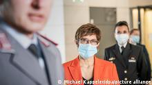 Ministerin Kramp-Karrenbauer nach einer Sitzung des Verteidigungsausschusses des Bundestages zum KSK (Archivbild)