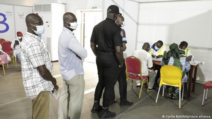 Début de la vaccination contre la Covid-19 en Côte d′Ivoire | Afrique | DW  | 01.03.2021