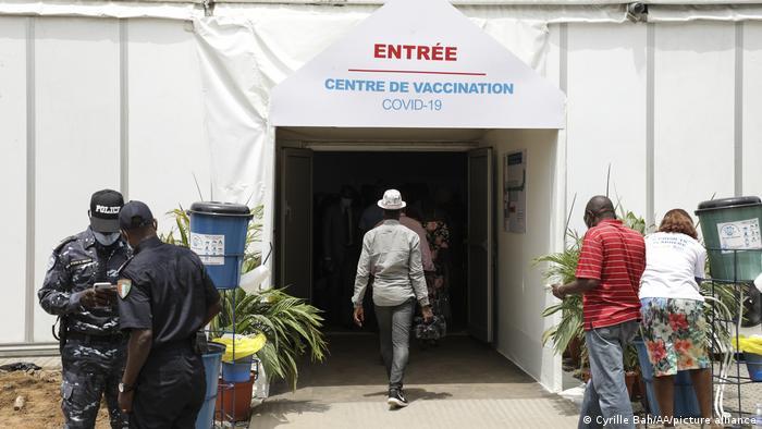 Un centre de vaccination a été installé dans la cour du palais des sports dans le quartier de Treichville