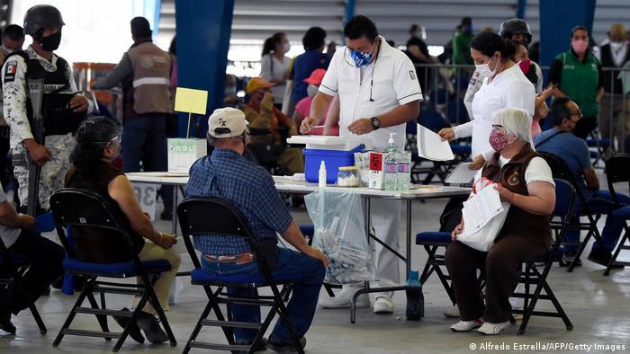 Pessoas aguardam depois de receber a primeira dose da vacina russa Sputnik V contra covid-19 no Palácio dos Esportes da Cidade do México, em 28 de fevereiro de 2021.