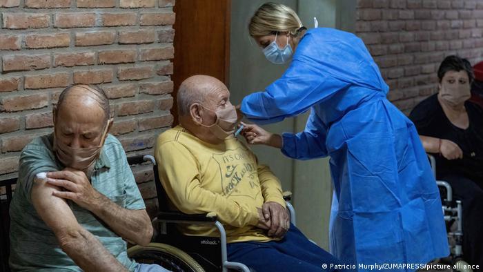 El Dr. Drexler insta a los latinoamericanos a vacunarse para prevenir el avance de la variante Delta en sus países.