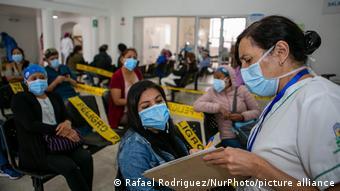Медработники в ожидании вакцинации в столице Эквадора