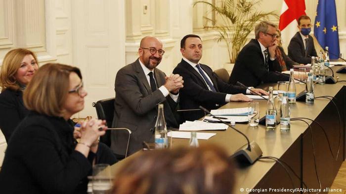 Глава Евросовета Шарль Мишель и премьер-министр Грузии Ираклий Гарибашвили во время встречи с лидерами оппозиции в Тбилиси, 1 марта 2021 г.