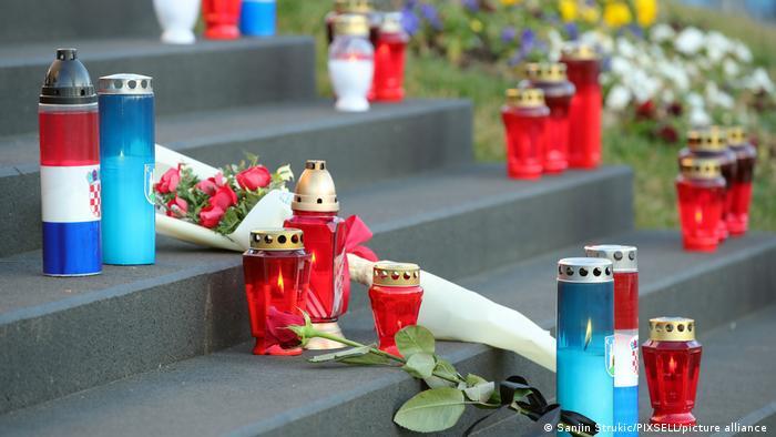 Na stepeništu ispred gradske uprave građani polažu cveće i pale sveće