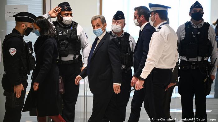 Nicolas Sarkozy izlazi iz sudnice nakon presude