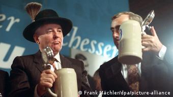 Михаил Горбачев и экс-министр финансов ФРГ Тео Вайгель в знаменитой пивной Hofbräuhaus в Мюнхене