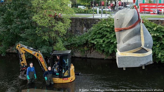در روز ۲۱ ژوئن ۱۹۵۰ یک سیرک در حرکتی تبلیغاتی یک فیل چهار ساله را سوار بر قطار کرد که فیل بیچاره وحشت زده شد و بدنه قطار را شکست و به درون رودخانه سقوط کرد. فیل البته جان سالم بدر برد و به یاد آن سانحه مجسمهای هم در شهر نصب شده است.