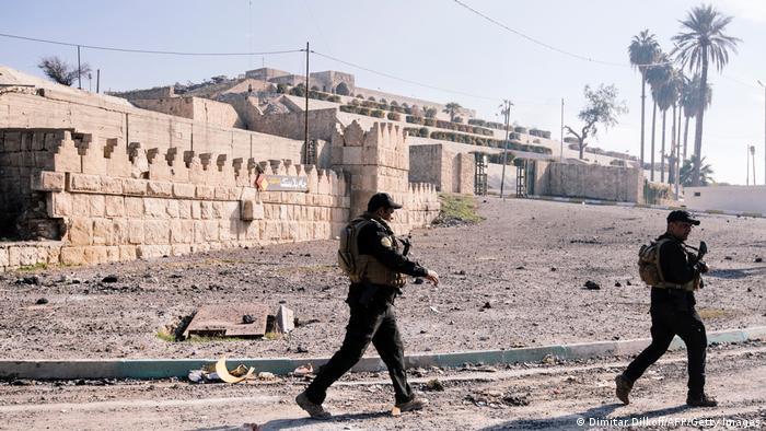 Dos soldados patrullando ante la mezquita de Jonás