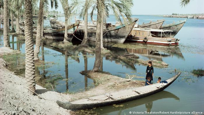 Bote de madera en una orilla del río Tigris