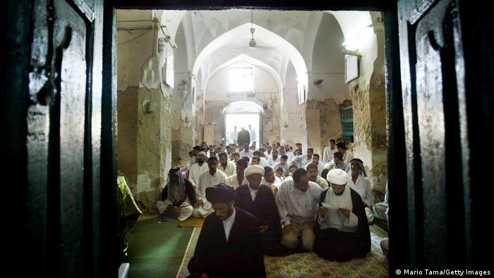 Musulmanes en la mezquita de Dhu al Kifl