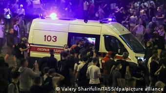 Машина скорой помощи в Минске окружена протестующими
