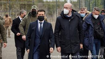 Председатель Евросовета Шарль Мишель и президент Украины Владимир Зеленский в городе Счастье Луганской области