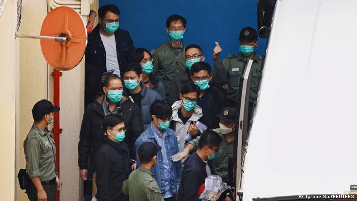 Задержанных за участие в протестах в Гонконге конвоируют в суд