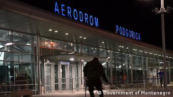 Здание аэропорта Подгорицы ночью
