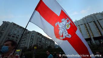 Пагоня - белорусский национальный флаг с историческим гербом - всадником с мечом и щитом, на котором изображен крест