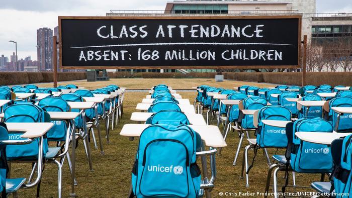 Die Mahnung des Kinderhilfswerks: 168 unbesetzte Tische und 168 Rucksäcke ohne ihre jungen Träger