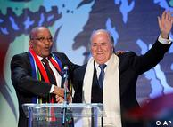 سپ بلاتر، رئیس فیفا (راست) به همراه ژاکوپ زومبا، رئیس جمهور آفریقای جنوبی در کنسرت افتتاحیه - شامگاه پنجشنبه (۱۰ ژوئن / ۲۰ خرداد)