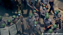 Myanmar | Demonstration gegen Militärputsch: Polizisten und Soldaten bwegen sich auf Demonstranten zu