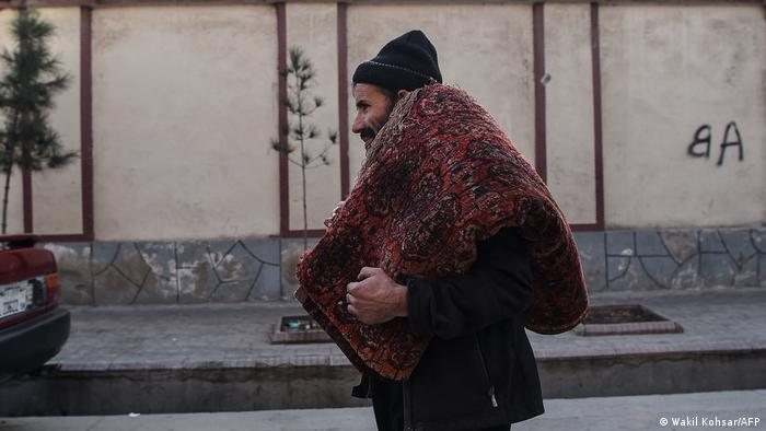 تاجران قالین در افغانستان باور دارند که درگیریها، آوارگی و شهرنشینی، رونق این صنعت را کمرنک کرده است. از سوی دیگر رنگهای وارداتی و پشمهای مصنوعی نیز میزان کیفت این قالینها را کمتر ساخته است. در حالی که بی قانونی و نفوذ طالبان افزایش مییابد، راهها نیز برای رفت و آمد خطرناکتر شده اند.