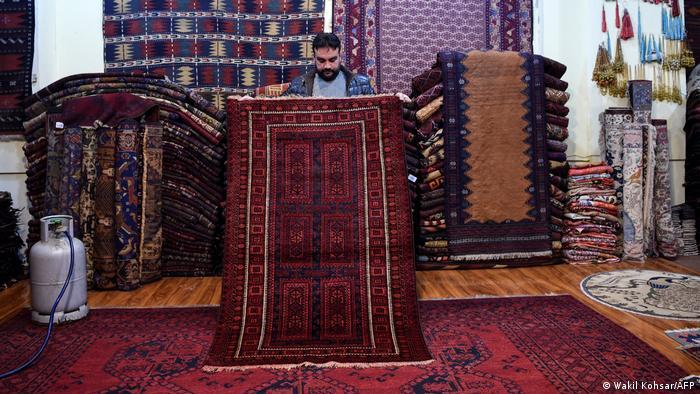 عبدالوهاب یکی از تاجران قالین میگوید که قالینها را از جستجوکنندگان قالین مانند الله گل جمعآوری میکند. او میگوید: «ما روی این افراد ۹۹.۹ درصد حساب میکنیم. من قالینهایم را دوست دارم. من هر یک از این قالینها را میخرم، نه تنها به خاطر فروش.»