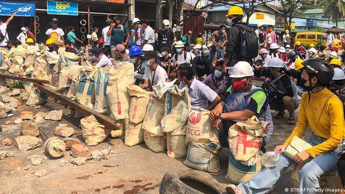 Los manifestantes están bloqueando las calles en numerosas ciudades, construyendo barricadas con ladrillos y sacos de arena.