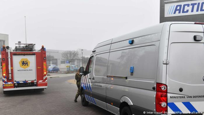 Carros de bombeiro e de autoridades de segurança atendem a chamado na Holanda