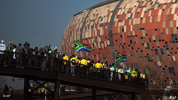 Болельщики перед стадионом в ЮАР