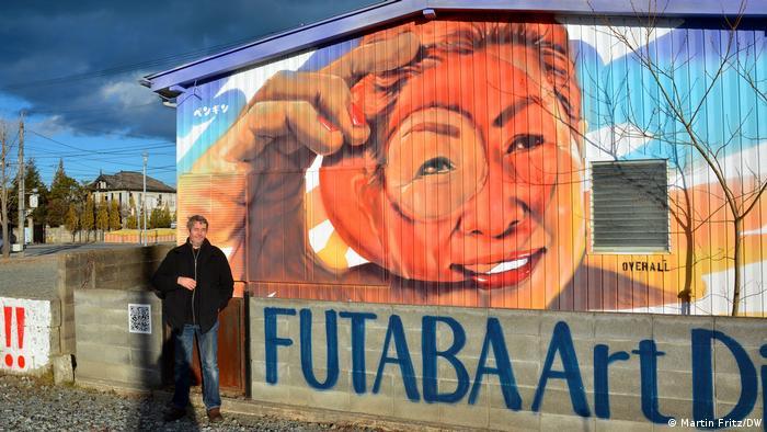 Юрген Обербоймер пред една арт инсталация недалеч от АЕЦ Фукушима