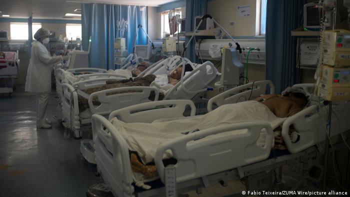 Soba u bolnici s više kreveta na kojima su pacijenti