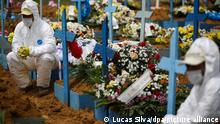 Friedhofsmitarbeiter während einer Beerdigung in Manaus (Quelle:Lucas Silva/dpa/picture alliance)