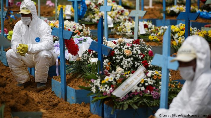 Radnici pogrebnog poduzeća za vrijeme jednog pogreba u Manausu
