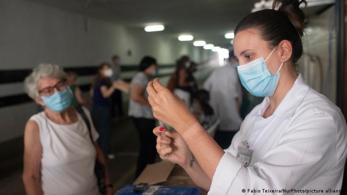 Una trabajadora de salud prepara una vacuna en Río de Janeiro, Brasil