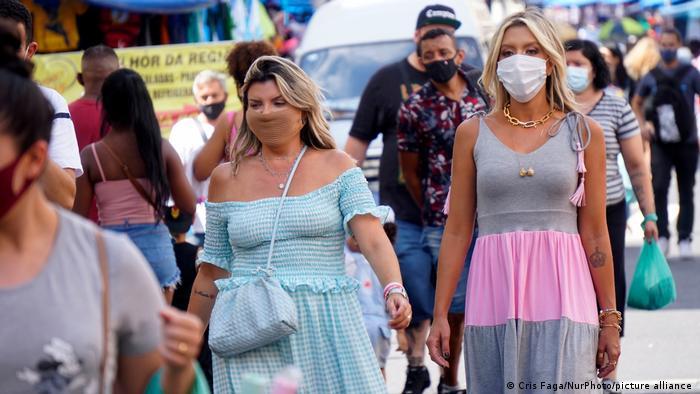 Pedestres andam de máscara em rua de São Paulo