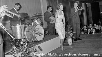 Die Chris Barber Band mit Sängerin Ottilie Patterson auf der Bühne