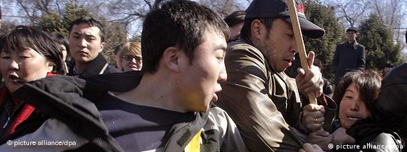 درگیری طرفداران اپوزیسیون با حامیان دولت قرقیزستان، در اعتراض به نتیجهی انتخابات پارلمانی سال ۲۰۰۵ در این کشور