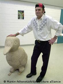 Заключенный кельнской тюрьмы Франц демонстрирует свою скульптуру Утка